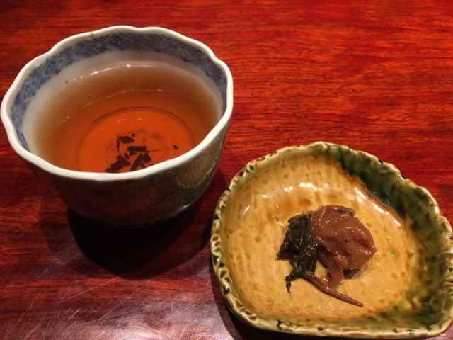 朝の三年番茶と梅干し