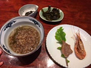 炒り玄米のおかゆ、塩昆布、ごま塩、焼きラム肉、甘エビの素揚げ